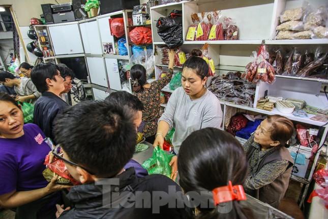 'Rồng rắn' xếp hàng mua giò, chả trên phố cổ ảnh 8