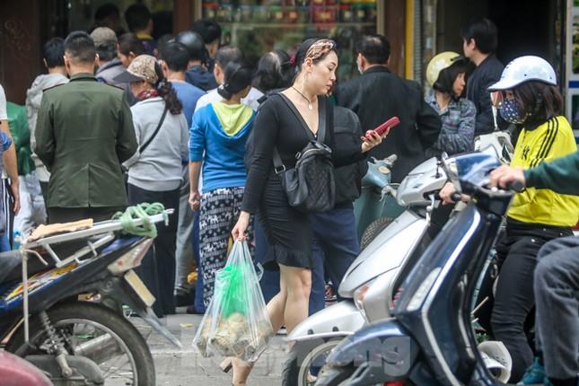 'Rồng rắn' xếp hàng mua giò, chả trên phố cổ ảnh 9