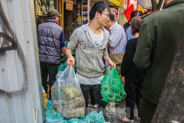 'Rồng rắn' xếp hàng mua giò, chả trên phố cổ ảnh 10
