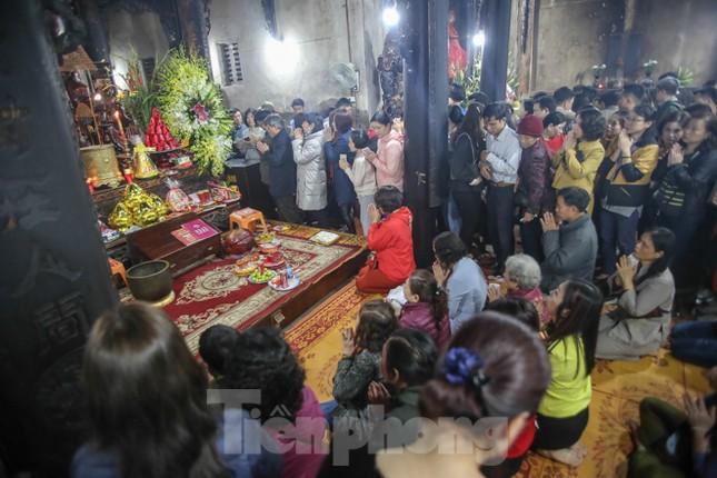 Người dân Thủ đô tấp nập đến chùa ngay sau khoảnh khắc giao thừa ảnh 10