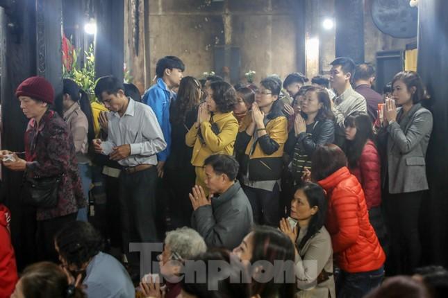 Người dân Thủ đô tấp nập đến chùa ngay sau khoảnh khắc giao thừa ảnh 11