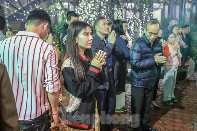 Người dân Thủ đô tấp nập đến chùa ngay sau khoảnh khắc giao thừa ảnh 12