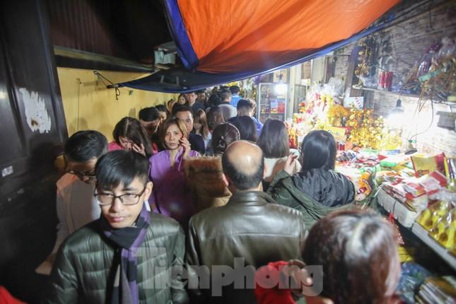 Người dân Thủ đô tấp nập đến chùa ngay sau khoảnh khắc giao thừa ảnh 3