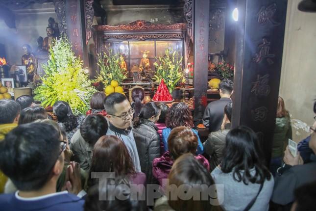 Người dân Thủ đô tấp nập đến chùa ngay sau khoảnh khắc giao thừa ảnh 4