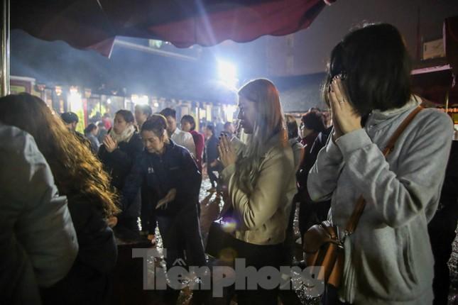 Người dân Thủ đô tấp nập đến chùa ngay sau khoảnh khắc giao thừa ảnh 5