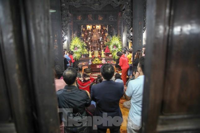 Người dân Thủ đô tấp nập đến chùa ngay sau khoảnh khắc giao thừa ảnh 9