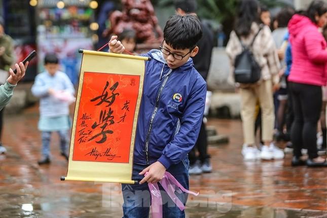 Đội mưa, xếp hàng xin chữ đầu năm ở Văn Miếu ảnh 12