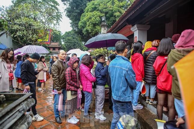 Đội mưa, xếp hàng xin chữ đầu năm ở Văn Miếu ảnh 5