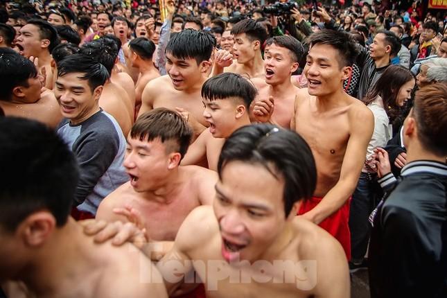 Cả trăm trai tráng Đồng Kỵ khoe sức mạnh, rước 2 'đại pháo' dài 6m ảnh 14