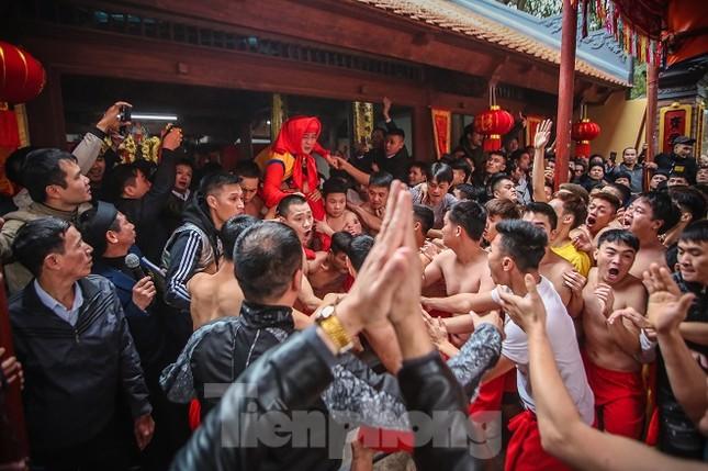 Cả trăm trai tráng Đồng Kỵ khoe sức mạnh, rước 2 'đại pháo' dài 6m ảnh 16