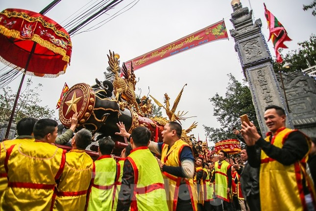 Cả trăm trai tráng Đồng Kỵ khoe sức mạnh, rước 2 'đại pháo' dài 6m ảnh 1