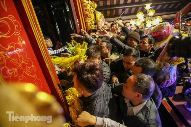 Cảnh tranh cướp lộc hoa tre tái diễn, bàn lễ bị xô đổ ở hội Gióng ảnh 10