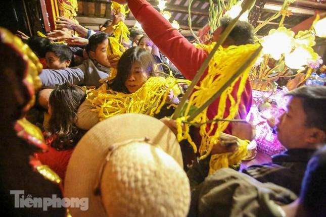 Cảnh tranh cướp lộc hoa tre tái diễn, bàn lễ bị xô đổ ở hội Gióng ảnh 11