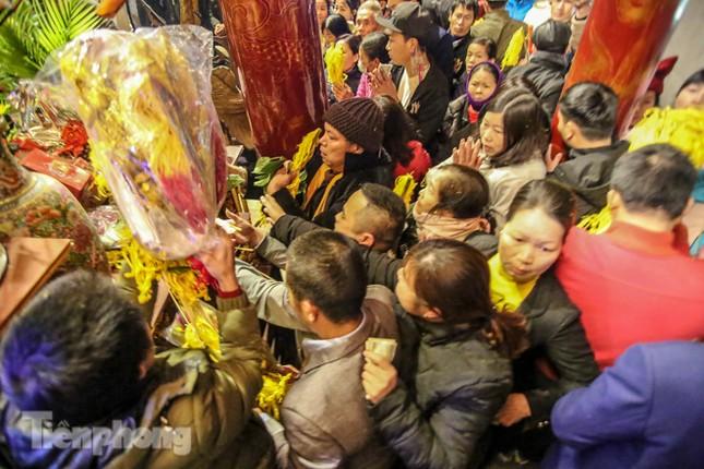 Cảnh tranh cướp lộc hoa tre tái diễn, bàn lễ bị xô đổ ở hội Gióng ảnh 12