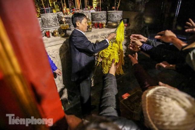 Cảnh tranh cướp lộc hoa tre tái diễn, bàn lễ bị xô đổ ở hội Gióng ảnh 14