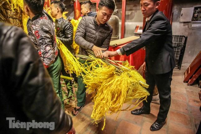 Cảnh tranh cướp lộc hoa tre tái diễn, bàn lễ bị xô đổ ở hội Gióng ảnh 3