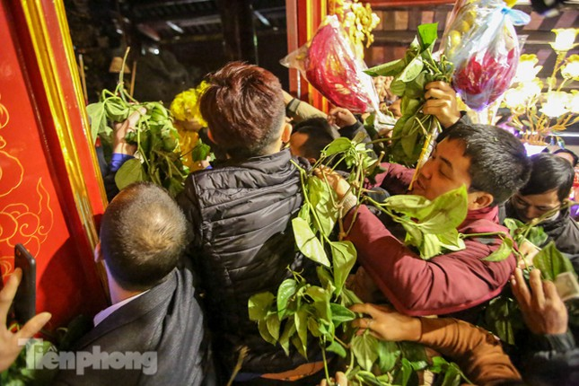 Cảnh tranh cướp lộc hoa tre tái diễn, bàn lễ bị xô đổ ở hội Gióng ảnh 5