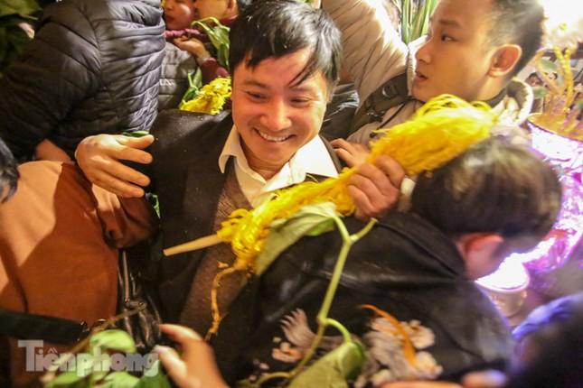 Cảnh tranh cướp lộc hoa tre tái diễn, bàn lễ bị xô đổ ở hội Gióng ảnh 6