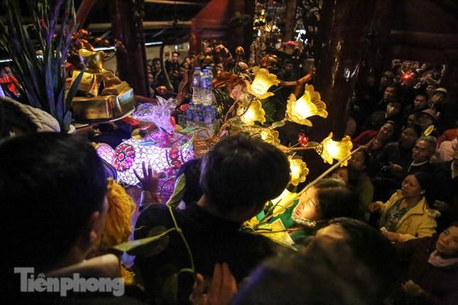 Cảnh tranh cướp lộc hoa tre tái diễn, bàn lễ bị xô đổ ở hội Gióng ảnh 7