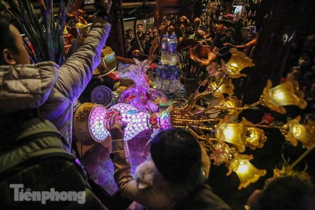 Cảnh tranh cướp lộc hoa tre tái diễn, bàn lễ bị xô đổ ở hội Gióng ảnh 8