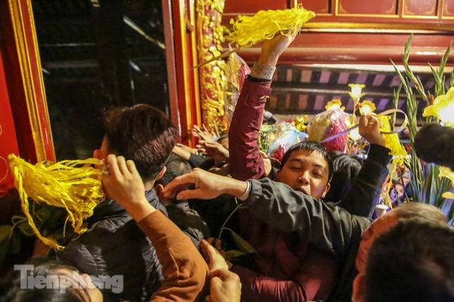 Cảnh tranh cướp lộc hoa tre tái diễn, bàn lễ bị xô đổ ở hội Gióng ảnh 9