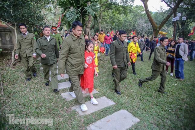 Sợ bị cướp tại hội Gióng, an ninh bảo vệ 'Tướng bà' 10 tuổi ảnh 10
