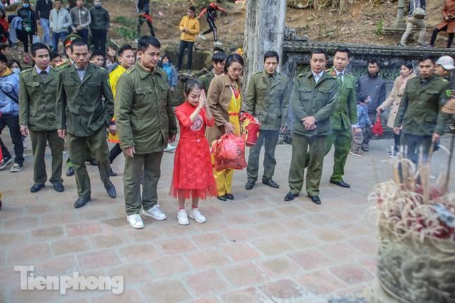 Sợ bị cướp tại hội Gióng, an ninh bảo vệ 'Tướng bà' 10 tuổi ảnh 11