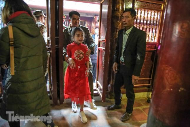 Sợ bị cướp tại hội Gióng, an ninh bảo vệ 'Tướng bà' 10 tuổi ảnh 12