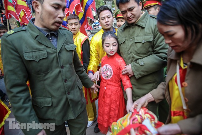 Sợ bị cướp tại hội Gióng, an ninh bảo vệ 'Tướng bà' 10 tuổi ảnh 13