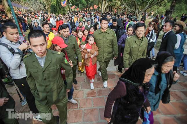 Sợ bị cướp tại hội Gióng, an ninh bảo vệ 'Tướng bà' 10 tuổi ảnh 14