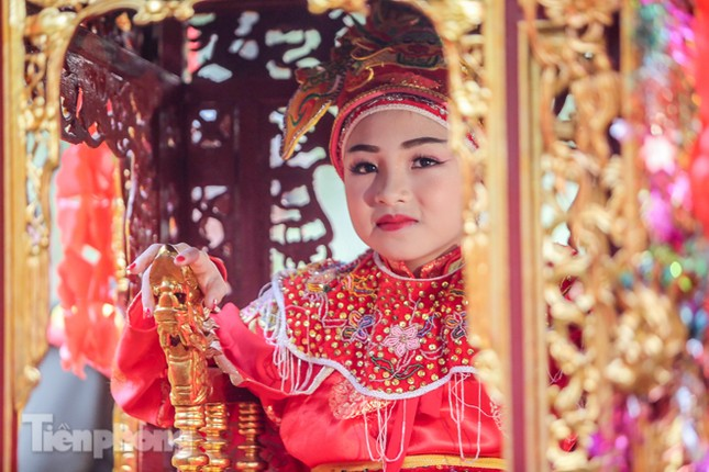 Sợ bị cướp tại hội Gióng, an ninh bảo vệ 'Tướng bà' 10 tuổi ảnh 1