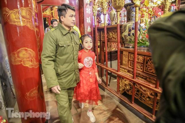 Sợ bị cướp tại hội Gióng, an ninh bảo vệ 'Tướng bà' 10 tuổi ảnh 9