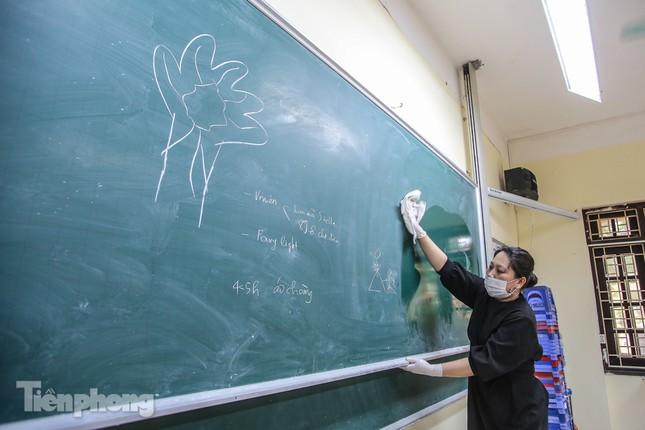 Trường học Hà Nội hối hả dọn vệ sinh, đón học sinh đi học trở lại ảnh 11