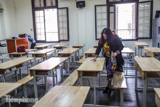 Trường học Hà Nội hối hả dọn vệ sinh, đón học sinh đi học trở lại ảnh 1