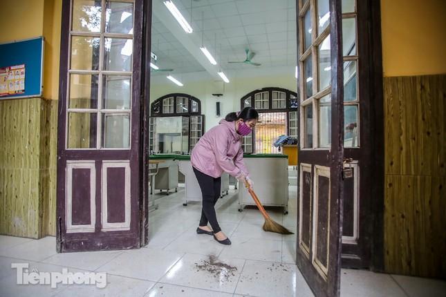 Trường học Hà Nội hối hả dọn vệ sinh, đón học sinh đi học trở lại ảnh 2