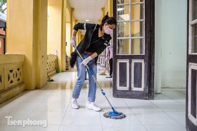 Trường học Hà Nội hối hả dọn vệ sinh, đón học sinh đi học trở lại ảnh 3