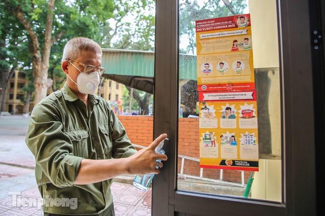 Trường học Hà Nội hối hả dọn vệ sinh, đón học sinh đi học trở lại ảnh 4
