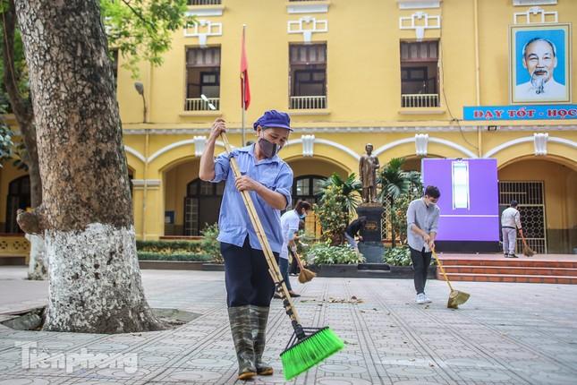 Trường học Hà Nội hối hả dọn vệ sinh, đón học sinh đi học trở lại ảnh 6