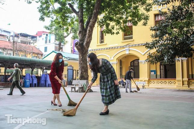Trường học Hà Nội hối hả dọn vệ sinh, đón học sinh đi học trở lại ảnh 7