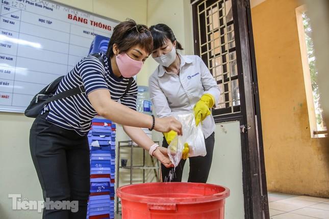 Trường học Hà Nội hối hả dọn vệ sinh, đón học sinh đi học trở lại ảnh 9