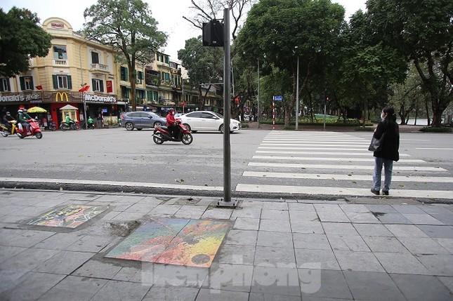 Bức tranh nghệ thuật trên nắp cống, hố ga ở Hà Nội ảnh 1