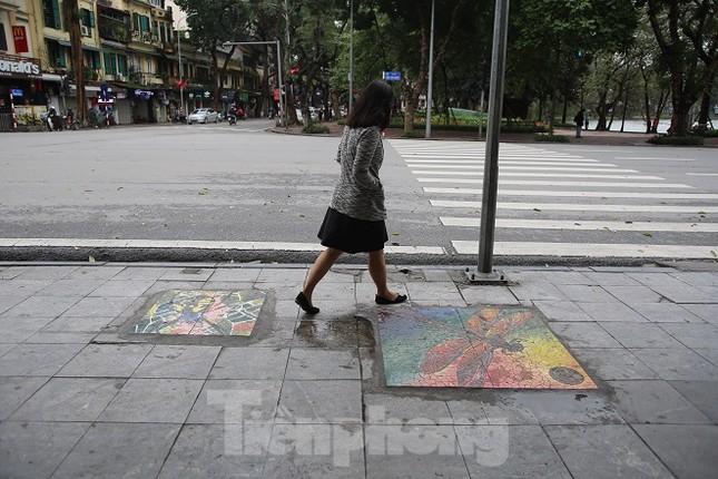 Bức tranh nghệ thuật trên nắp cống, hố ga ở Hà Nội ảnh 4