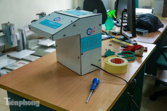 Phòng Covid-19, sinh viên Bách Khoa chế thành công máy rửa tay diệt khuẩn tự động ảnh 1