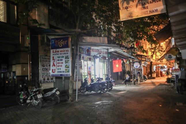 Phố phường Hà Nội 'ngủ đông' giữa dịch COVID-19 ảnh 11