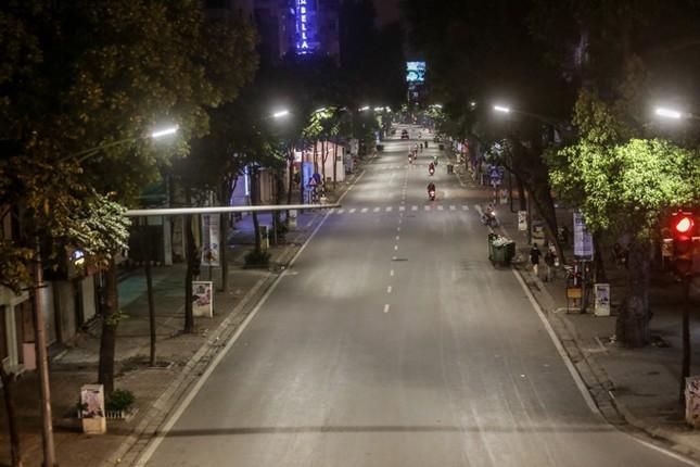 Phố phường Hà Nội 'ngủ đông' giữa dịch COVID-19 ảnh 12