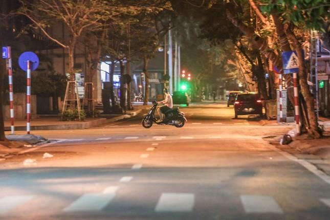 Phố phường Hà Nội 'ngủ đông' giữa dịch COVID-19 ảnh 13