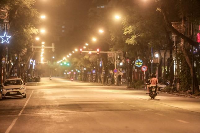 Phố phường Hà Nội 'ngủ đông' giữa dịch COVID-19 ảnh 14