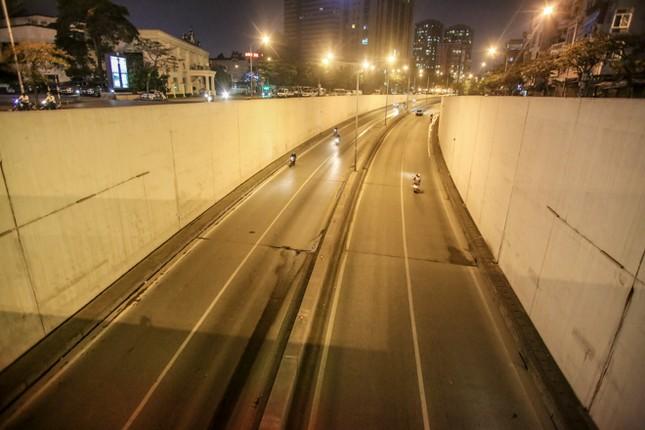 Phố phường Hà Nội 'ngủ đông' giữa dịch COVID-19 ảnh 15