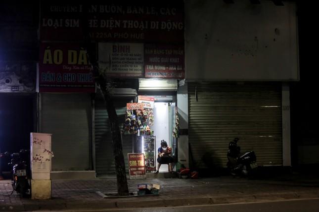 Phố phường Hà Nội 'ngủ đông' giữa dịch COVID-19 ảnh 16