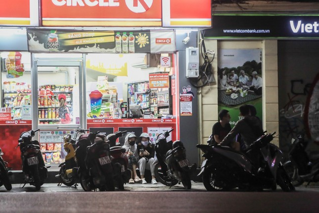 Phố phường Hà Nội 'ngủ đông' giữa dịch COVID-19 ảnh 17